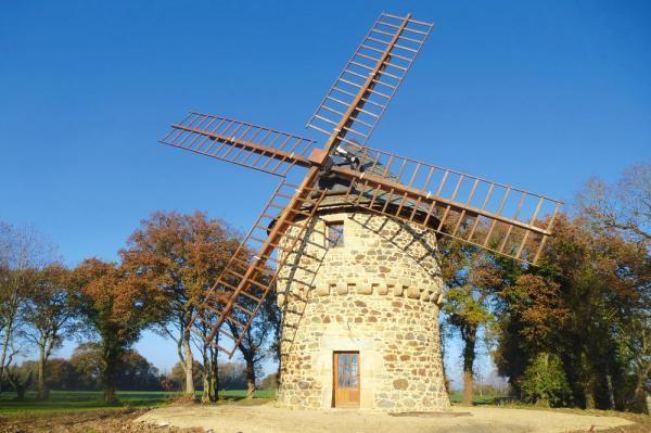 Windmühlen-Urlaub! Wo einst der Müller sein Korn gemahlt hat, ist nun ein wunderschönes Feriendomizil mit handgefertigten Möbeln und großem Erholungsfaktor entstanden. Auf dem Lande, aber nicht weit vom Strand.