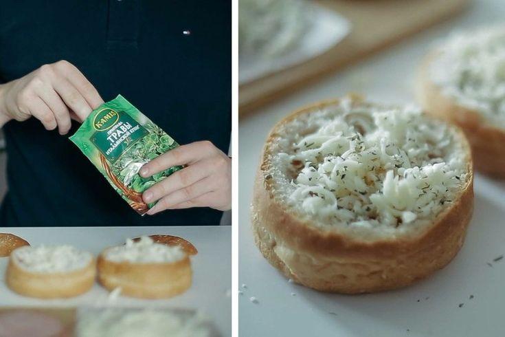 Ингредиенты:Булочка – 2 шт.Яйцо – 2 шт.Ломтик ветчины – 2 шт.Тертый сыр – 2 ст. л.Приправа «Травы итальянской кухни» — ½ ч. л.Приготовление:1. Отрежьте верхушку булочки.2. Сделайте в булочке …