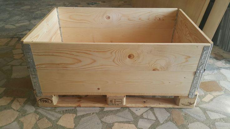 Katlanabilir ahşap kutu ambalaj ağaç sandıkları istenilen ölçüde üretilebilmektedir. Ürünlerinizin sevkiyatında şık ve estetik görünüm için firmanızın logosu, web adresiniz ve diğer görselleri katlanabilir ahşap ambalaj sandığı üzerine baskı yapılarak firmanıza prestij artışı sağlar.