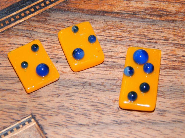 blauwe glasbubbels op oranje/gele achtergrond. tack-fuse. Hotpot. glasfusing. Fused glass.