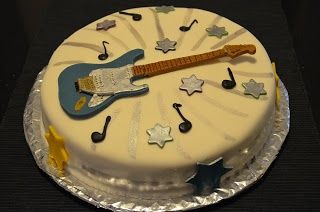 Una torta con la chitarra Fender Dodi Battaglia in pasta di zucchero!