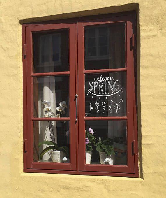 Raamtekening Welcome #Spring: een #quotes met daaronder een #zon en groeiende #lentebloemen.  Maak deze #DIY #raamdecoratie voor de #lente met dit direct te #downloaden #sjabloon voor een #raamtekening. Te koop in #etsyshop #krijtstifttekening voor een klein prijsje, ontwerp door #cecielmaakt