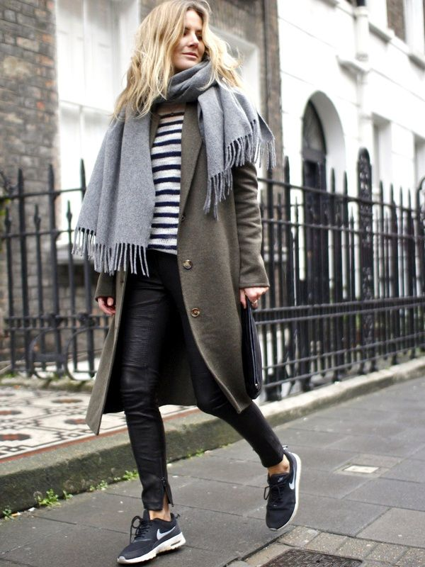 Ample manteau kaki + slim en cuir + pull marinière + runnings = le bon mix (blog Fashion Me Now)