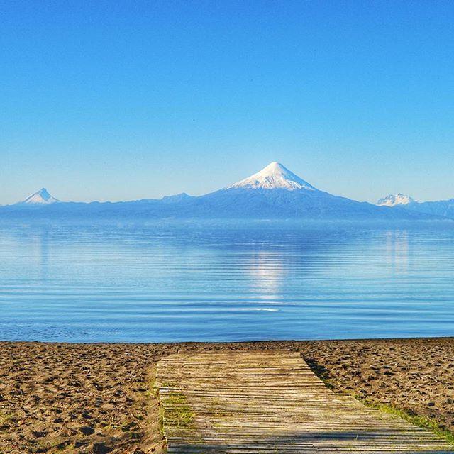 Uma das coisas lindas de viver no Chile é ter essa vista de vulcão de qualquer lado! Essa em especial fica em Frutillar, uma linda (e mega fotogênica) cidade aqui no sul do Chile, a beira do lago Llanquihue ❤ esse da foto, é o vulcão Osorno, que tem uma estação de esqui na base  #chiletravelrepost #chile #puertovaras #frutillar #neve #esqui #visitchile #beautifuldestinations #discoversouthamerica