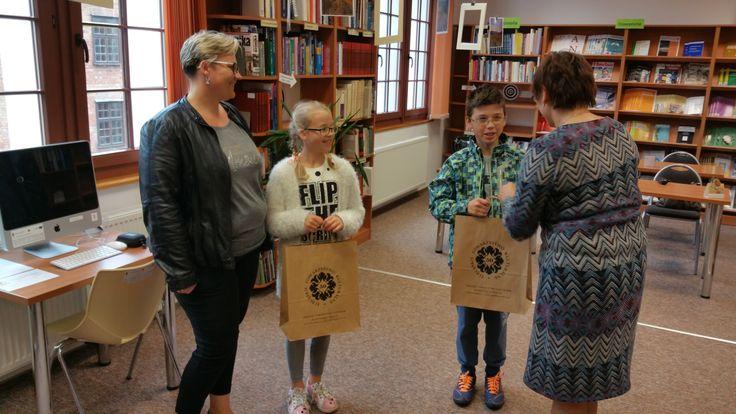 Wręczenie nagród za komiks uczniom Szkoły Podstawowej w Pilonie