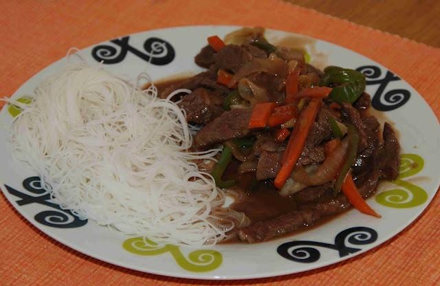 Ternera con almendras en salsa de ostras con vermicelli de arroz