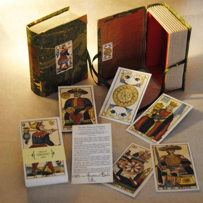 Box created by Letizia Rivetti for the Vergnano TAROT 1830. Limited edition: 600 numbered copies. Edited in 2014 by Araba Fenice and manufactured by Rinascimento Italian Style Art.