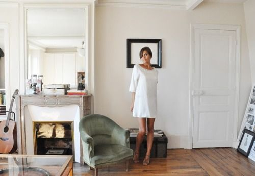 i want that mantel! : Living Rooms Style, Formal Dresses, Parties Dresses, Clean Living Rooms, Les Compo, Green Chairs, Bride Dresses, White Dresses, White Wall