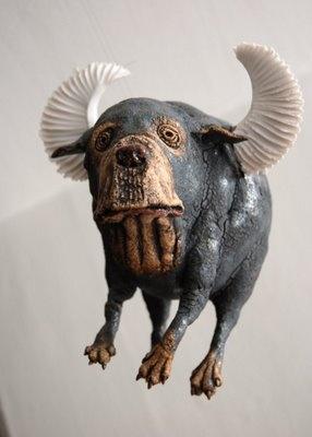 Ole Martin Skaugs keramikk er strålende - særlig de flygende hundene.