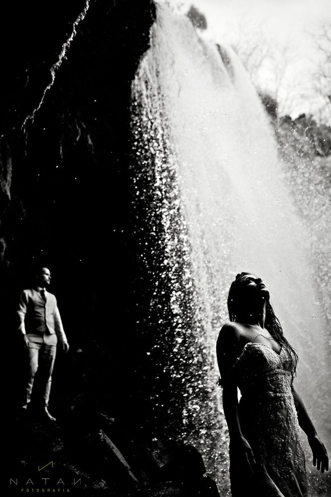 Unbelievable wedding photo behind a waterfall | Natan Fotografia
