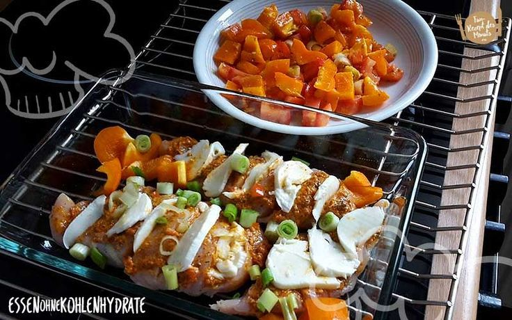 Low Carb Rezept für ein Fächer-Pesto-Hühnchen mit Ofengemüse. Wenig Kohlenhydrate und einfach zum Nachkochen. Super für Diät/zum Abnehmen. Jetzt ansehen!