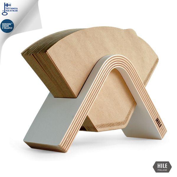 Tyylikäs Sola suodatinpaperiteline puisena. Design suodatinpussiteline valmistetaan suomessa kotimaisesta puusta. Puinen suodatinpussiteline on tyylikäs keittötarvike joka sopii hyvin lahjaksikin.