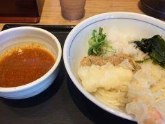 うどんウエストでFM福岡の人気パーソナリティーのナカジとのコラボうどん四川の笑撃を食べてきました 麺は細麺でイカ天海老天大根おろしがのった豪華なうどん 四川風のつけダレも程よい辛さで美味しかったですね() 今の季節にはぴったりなあっさりうどんでしたよ 皆さんもぜひお試しください()v tags[福岡県]