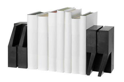 Livros entre aspas – O designer nova-iorquino Eric Janssen desenvolveu este suporte de livros com um formato bem interessante, permitindo que sua estante permaneça arrumada com muito charme! As aspas, confeccionadas em borracha poderão ser encontras no site A+R: http://aplusrstore.com/list/new