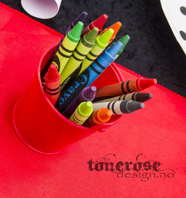 Tips barnebursdag - fargestifter i små bøtter midt på bordet, og en tegning ved hver kuvert. Dermed kan barna fargelegge litt mens de venter på at maten kommer =)