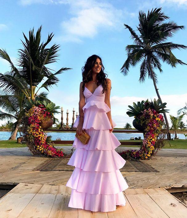 Luiza Sobral faz sucesso em casório com vestido de babados. Desejo!