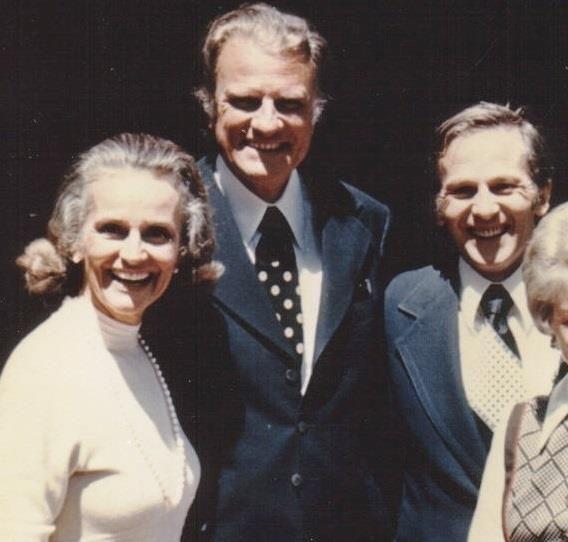 Hier, Billy Graham a quitté cette terre. Voici une photo de lui et de son épouse Ruth avec Frère André, fondateur de Portes Ouvertes. La photo a été prise en 1976 ! « Ma maison est au paradis, je ne fais que voyager dans ce monde » - Billy Graham