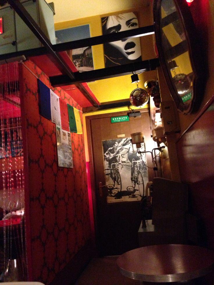 Locali diversi, colorati e allegri. Un ambiente unico, drink e birre artigianali e aperitivo economico.