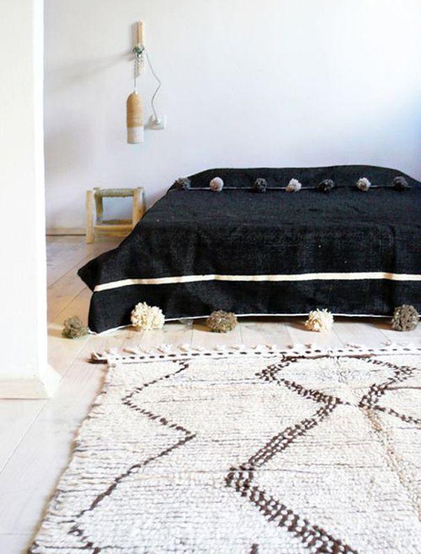 36 best couvre lit images on pinterest pom poms loom. Black Bedroom Furniture Sets. Home Design Ideas