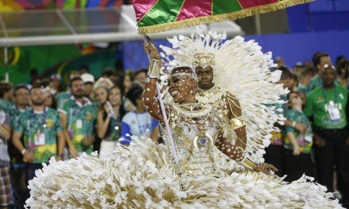 Raphael e Squel são o casal de mestre-sala e porta-bandeira da Mangueira Guito Moreto / O Globo