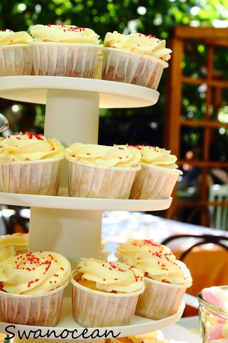 Alexander-John's christening barn-farm theme party. Dessert table, cupcakes with buttercream-Η βάπτιση του Αλέξανδρου-Ιωάννη Θέμα ζώα της φάρμας