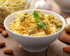 Pâtes à la tapenade d'olives vertes : http://www.cuisineaz.com/recettes/pates-a-la-tapenade-d-olives-vertes-14137.aspx