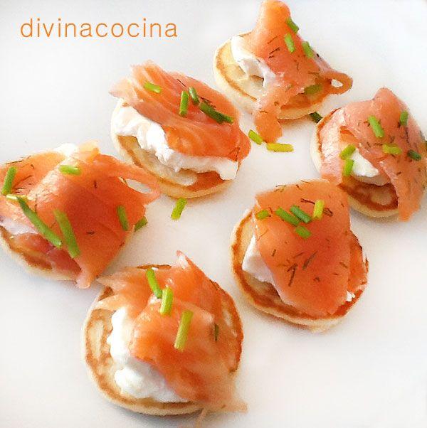 Estos canapés de salmón sobre blinis se pueden servir así montados como te propongo o puedes servir los blinis por separado, y el queso crema y salmón en bandejas individuales. Cada comensal pone el queso y el salmón para montar el bocadito a su gusto.