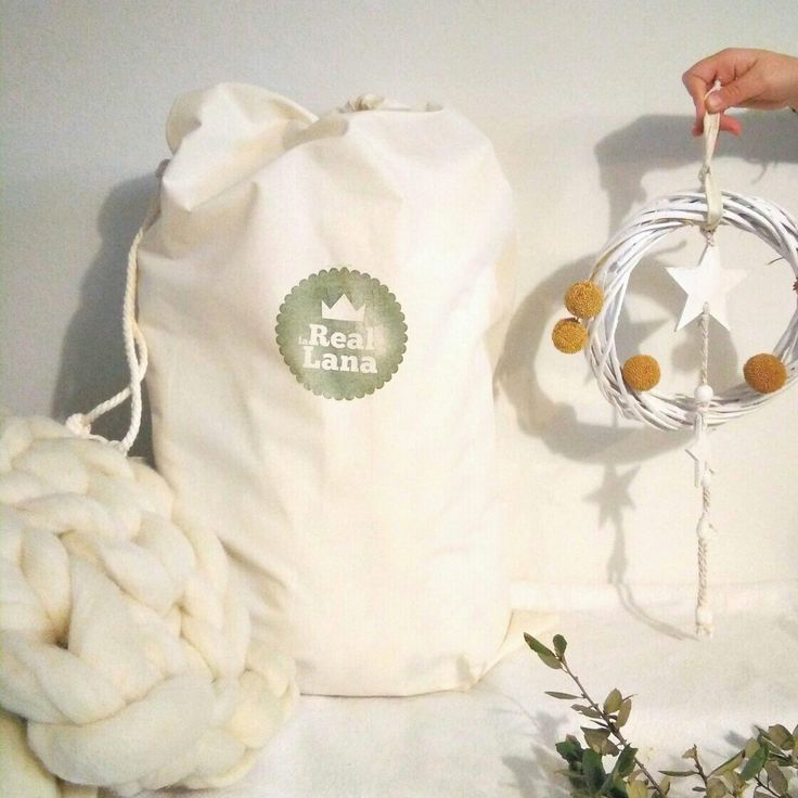 Nuestras piezas de lana tejidas a mano viajan dentro de sacos de algodón cosidos a medida. Totalmente artesanas. Cuidamos cada detalle. Bufanda merino xxl. La Real Lana.