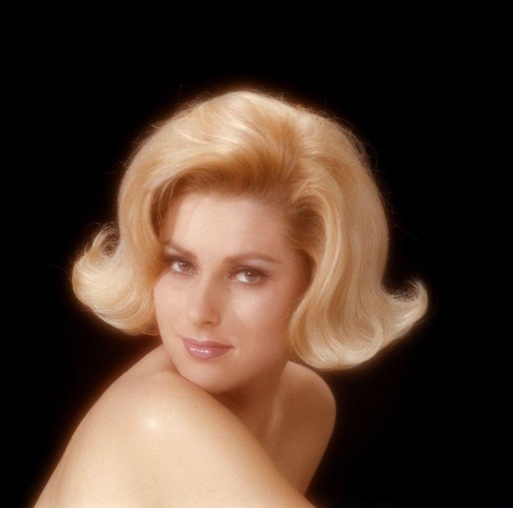 Kapsel met gekrulde haren, 1965.