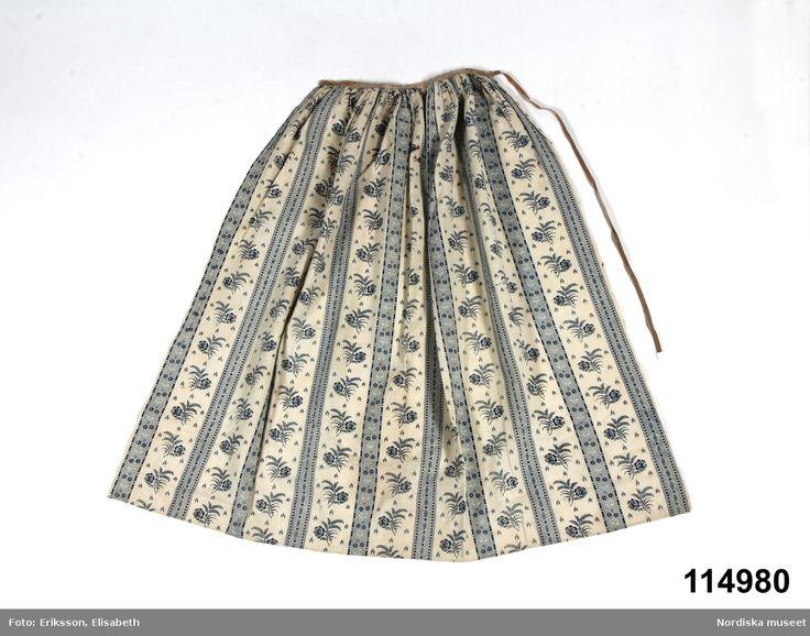 Förkläde i tuskaftad bomull, vit botten med blocktryckt mönster i enfärgat blått. Kattun. Öland