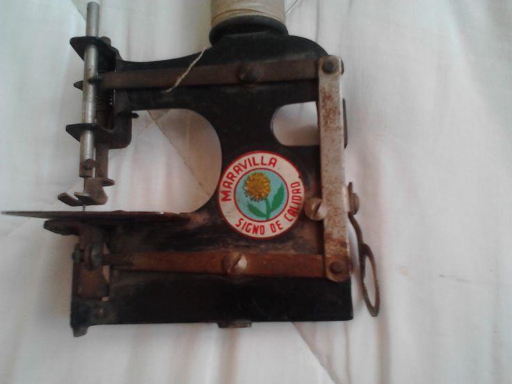 maquina de coser en miniatura , ojo no es solida , a la venta