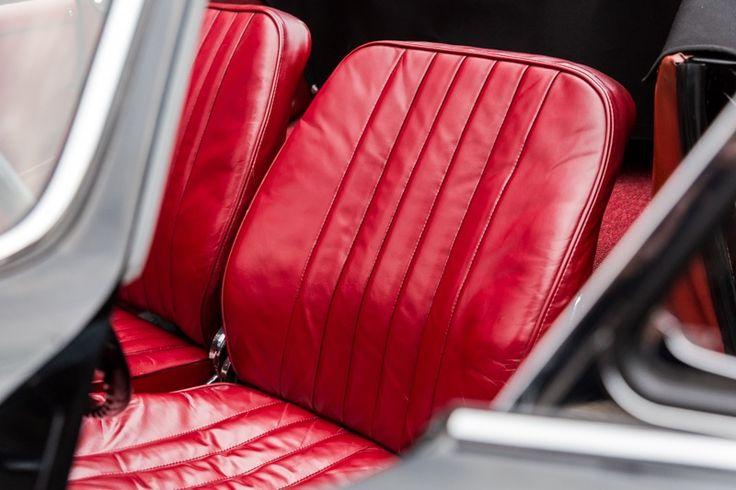 Lederpflege ist ein Schutz, das bei älteren Wagen sehr wichtig ist www.avp-autopflege.ch