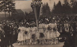 Annie Tidy 1907 as May Queen (tallest in centre)