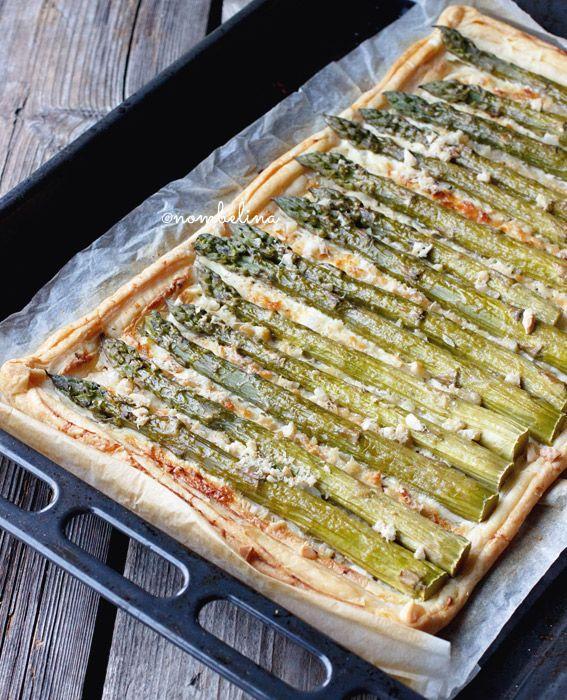 Deze plaattaart met groene asperges gemaakt met bladerdeeg is niet alleen erg lekker, maar ook heel eenvoudig om te maken.