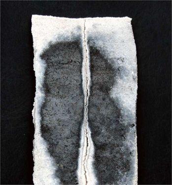 Alla base della montagna. Stele cm 20x5 Ceramica- Mix di terre raccolte e refrattari.  Cottura e fiammature effettuate a cielo aperto By Giovanni Maffucci