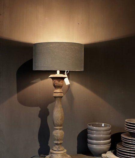 Donker houten lampvoet
