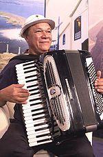 José Domingos de Morais (Garanhuns, 12 de fevereiro de 1941), conhecido como Dominguinhos, é um instrumentista, cantor e compositor brasileiro. De talento precoce e sendo autêntico herdeiro artístico de Luiz Gonzaga, tornou-se a partir da morte deste o sanfoneiro mais importante do país e reconhecidamente um dos maiores instrumentistas da Música Popular Brasileira. Realizou gravações antológicas com nomes como Chico Buarque, Gilberto Gil, Djavan e o próprio Gonzagão.