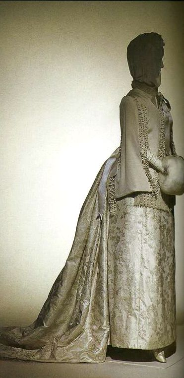 Платье. 1890-е. Белый шелк, затканный цветочным узором, комплект из корсажа и юбки с длинным шлейфом, visite.