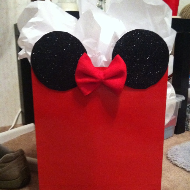 Minnie Mouse gift bag but in pink