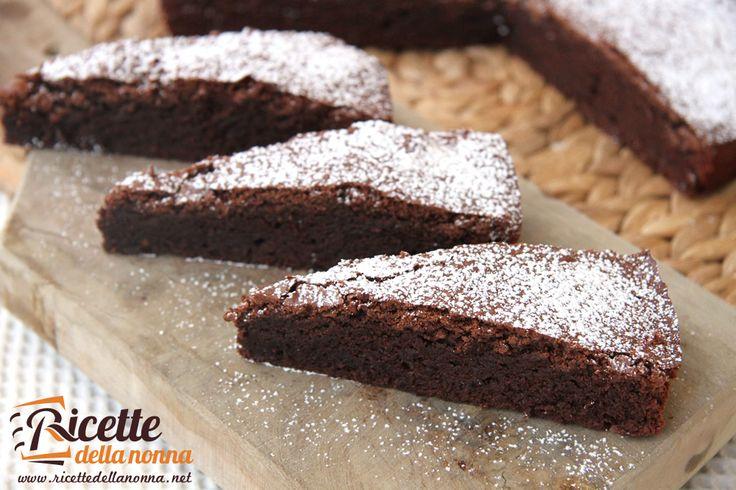"""Se adorate il cioccolato, dovete necessariamente provare questa torta che abbiamo definito """"supercioccolatosa"""". Una volta provata non ne potrete più fare a meno. Garantito. Preparazione Con la stessa modalità usata per la ricetta deltortino al cuore caldo di cioccolata fondente, fate sciogliere in un pentolino il cioccolato con il burro a bagnomaria. In un recipiente […]"""