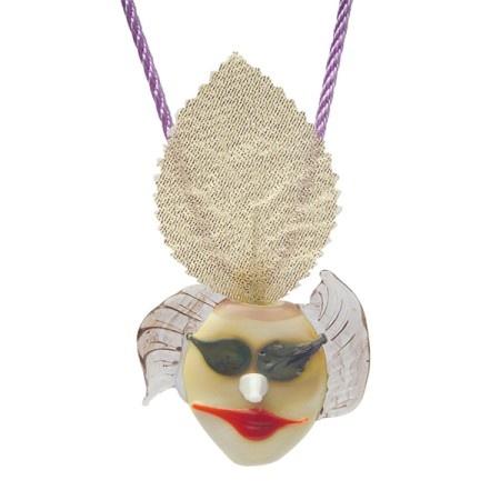MASKELİ BALO KOLYE: Bu maskeli balo ve onların sahte yüzleri...Çıkarın maskenizi, gösterin kendinizi.  Taş: Moretti cam çubuklar Metal: 925 ayar gümüş Kordon: Özel dokuma koton Teknik: Cam çubuklar şalumo alevinde yüksek ısıda eritilerek formlar ve desenler verilir. Tıklayın: http://www.stilimo.com/urunler/4688/maskeli-balo-kolye--kathre