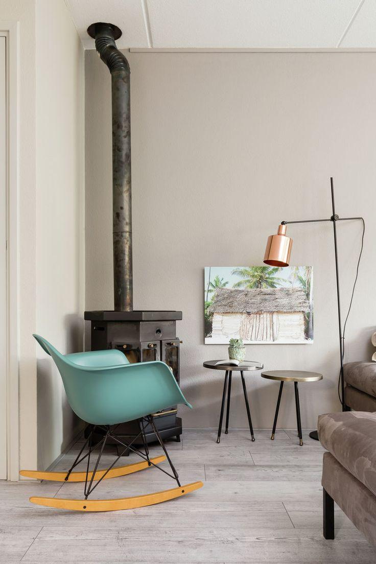 Een knus hoekje waarbij het neutrale grijs (kleur Kiezel) wordt opgehaald door turquoise accenten.