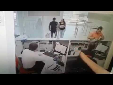 Hurto en Banco Caja Social de Ibagué - VER VÍDEO -> http://quehubocolombia.com/hurto-en-banco-caja-social-de-ibague    Créditos de vídeo a Popular on YouTube – Colombia YouTube channel
