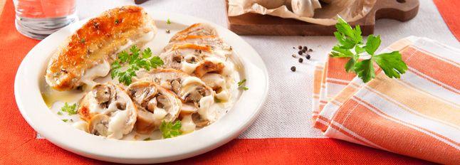 I petti di pollo si prestano davvero bene a questa ricetta: li possiamo farcire come più vogliamo; in questa ricetta utilizziamo funghi e mozzarella!