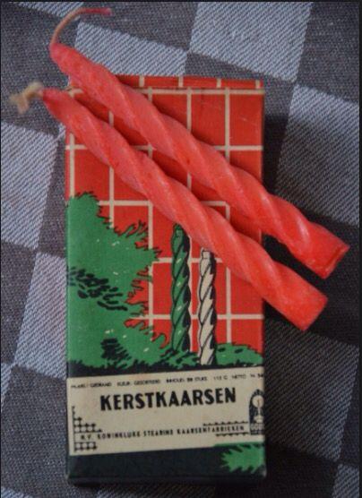 Rode gedraaide kerstboomkaarsjes.