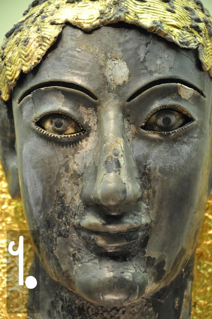 Per molti visitatori, questo è il viso di Delfi, gli occhi obliqui e le labbra sorridenti di Apollo Chioma d'Oro. E in effetti, anche se nel bellissimo Museo Archeologico di Delfi non mancano le rappresentazioni apollinee, questa statua rimane unica e spettacolare, sia nei materiali (avorio e oro) che nello stile (Ionico).