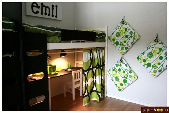 barnrum,skrivbord,grönt,sittkuddar,namnskyltar,grönt tyg