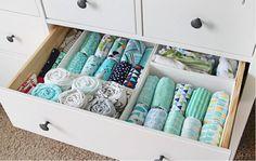 Dicas de como organizar o guarda-roupa e cômoda do bebê.