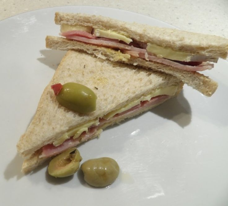 SIMPLE LUNCH OF BRIE AND BACON SANDWICH http://recipeyum.com.au/simple-lunch-of-brie-and-bacon-sandwiches/