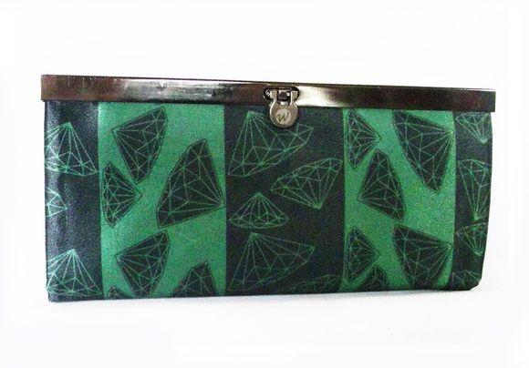 Parte da coleção de estampas Origami, essa carteira tem uma composição de diamantes e listras verde e preto com inspiração original em origamis de papel, e  a estampa é de nossa criação e exclusiva!  Tem 4 divisórias e bolso interno com fecho. O revestimento interno temos na cor preta ou marrom e o fecho prático em metal grafite. Medidas: 19x9,5x1,5cm Tecido: cetim bucol (brilho).